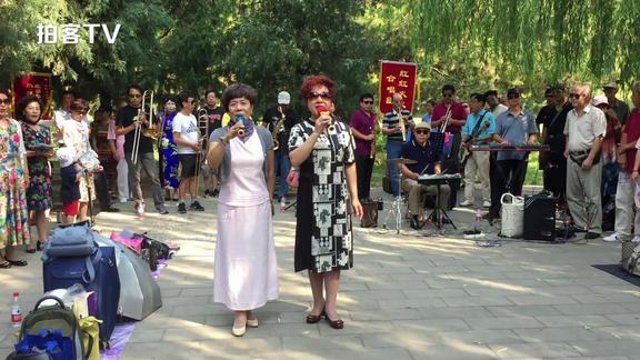 50岁大妈天坛公园高唱《军人本色》,英姿飒爽,堪比实力唱将!