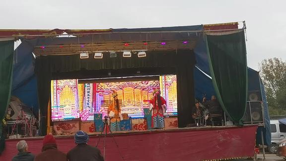 河南农村庙会,请来专业曲剧团唱的很精彩,一场3000真不多