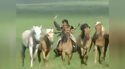 草原上嘹亮的歌声,婉转动人,那骑马的人儿啊,多么的欢畅