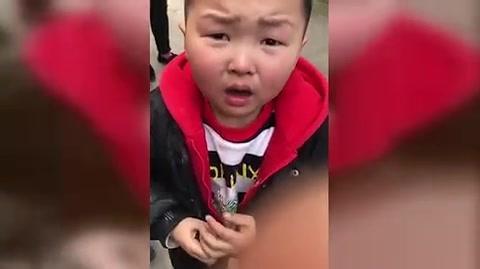 熊孩子淘气树枝划车,被车主逮到!尴尬了