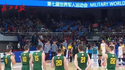 """中国对阵立陶宛,教练王治郅携队员登场,全场呐喊""""中国队加油"""""""