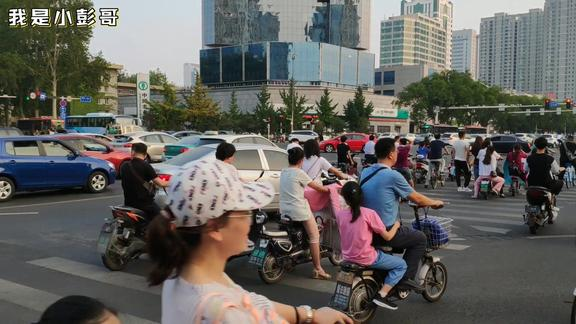 山东淄博,下班时间5点40分,柳泉路和人民西路交叉口的景象