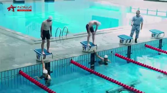 太难了! 军校学员挑战极限:潜泳25米 拖拽100斤假人