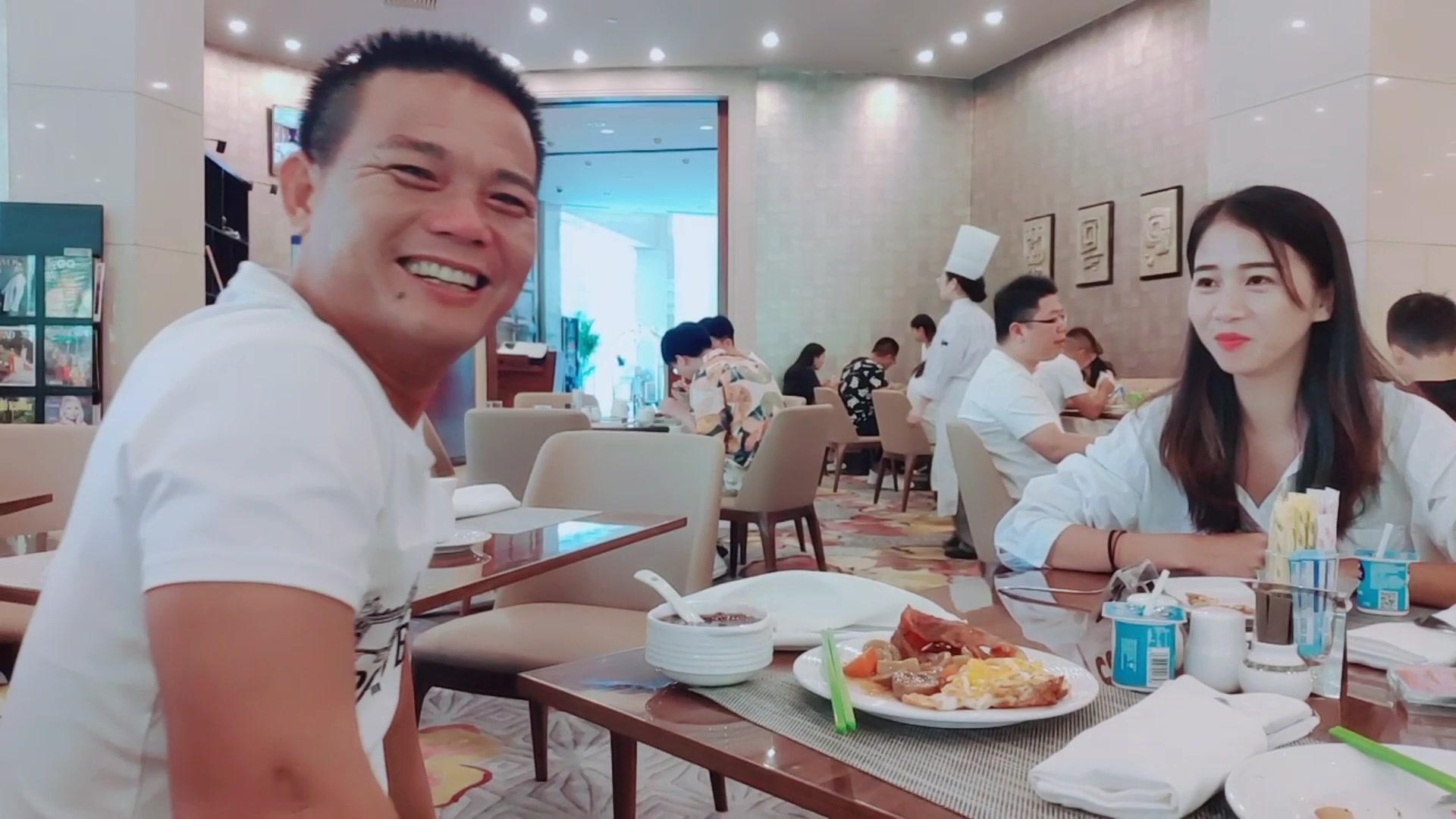 吃早餐遇到海南赶海四哥两人一起聊作品的心得小雪感觉自己学到了