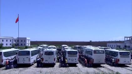 大漠高墙:千名犯人搬迁监狱,武警官兵持枪押送,场面实在壮观