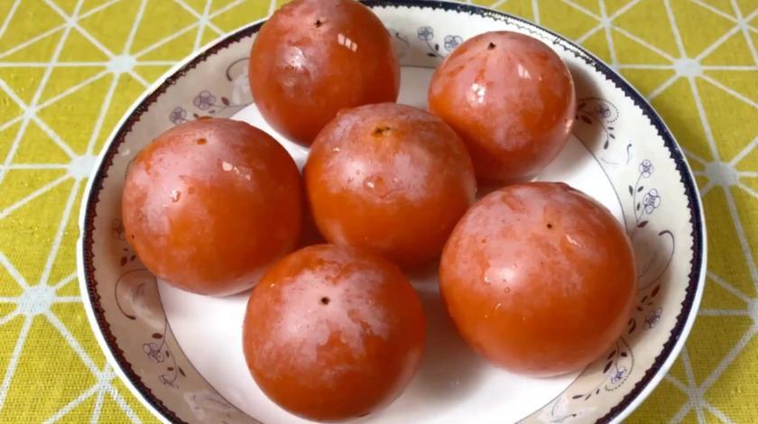 秋天柿子熟啦,不加一滴水不加一滴油这样做,出锅后两盘都不够吃