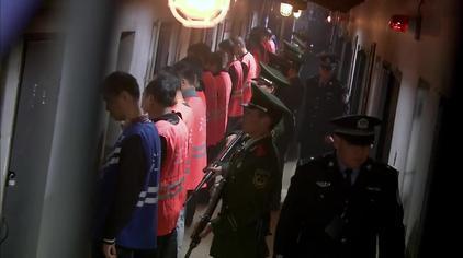 走进看守所:武警持枪霸气清理监舍,查看有没有违禁品,以防意外