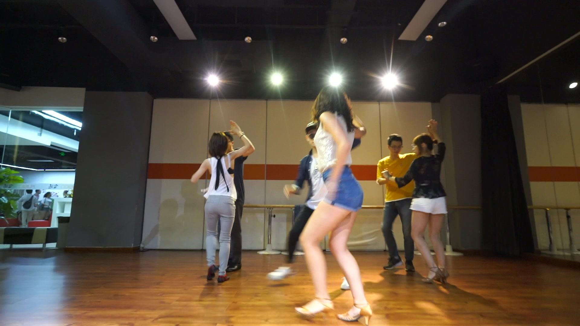 简单易学容易上手的舞蹈,看基本步就很简单,老师的墨镜很骚气