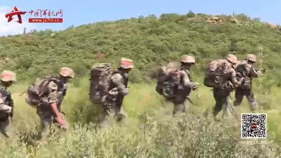 体力透支艰难前进 特战女兵咬牙负重翻越500米土山