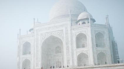 印度泰姬陵,云雾迷茫中风采依旧耀眼