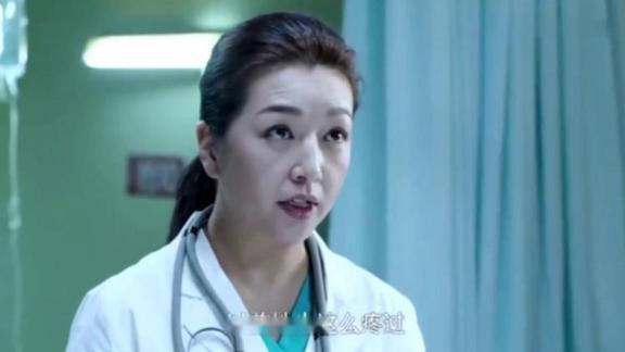 奇异:美女腹痛检查不出病因,有经验的大夫却一眼认出,太吓人了