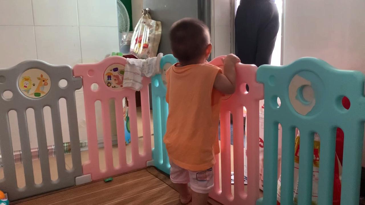 一家三口在深圳,女宝宝特别黏妈妈,走到哪到哪,想做点家务都难