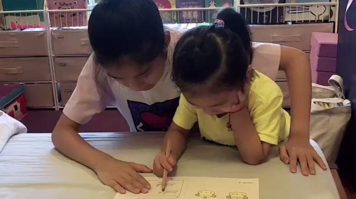 姐姐暑期补课结束,开启启蒙妹妹读书模式