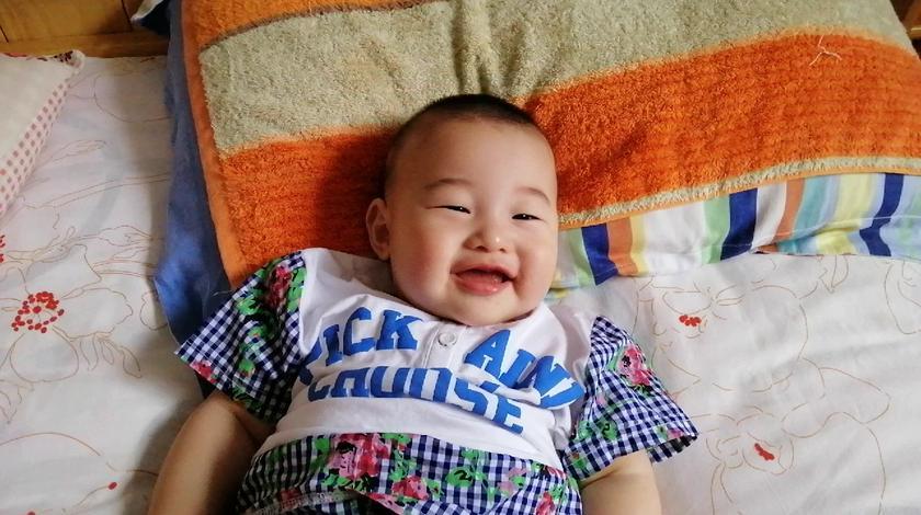 小屁孩笑的牙齿都露出来了。