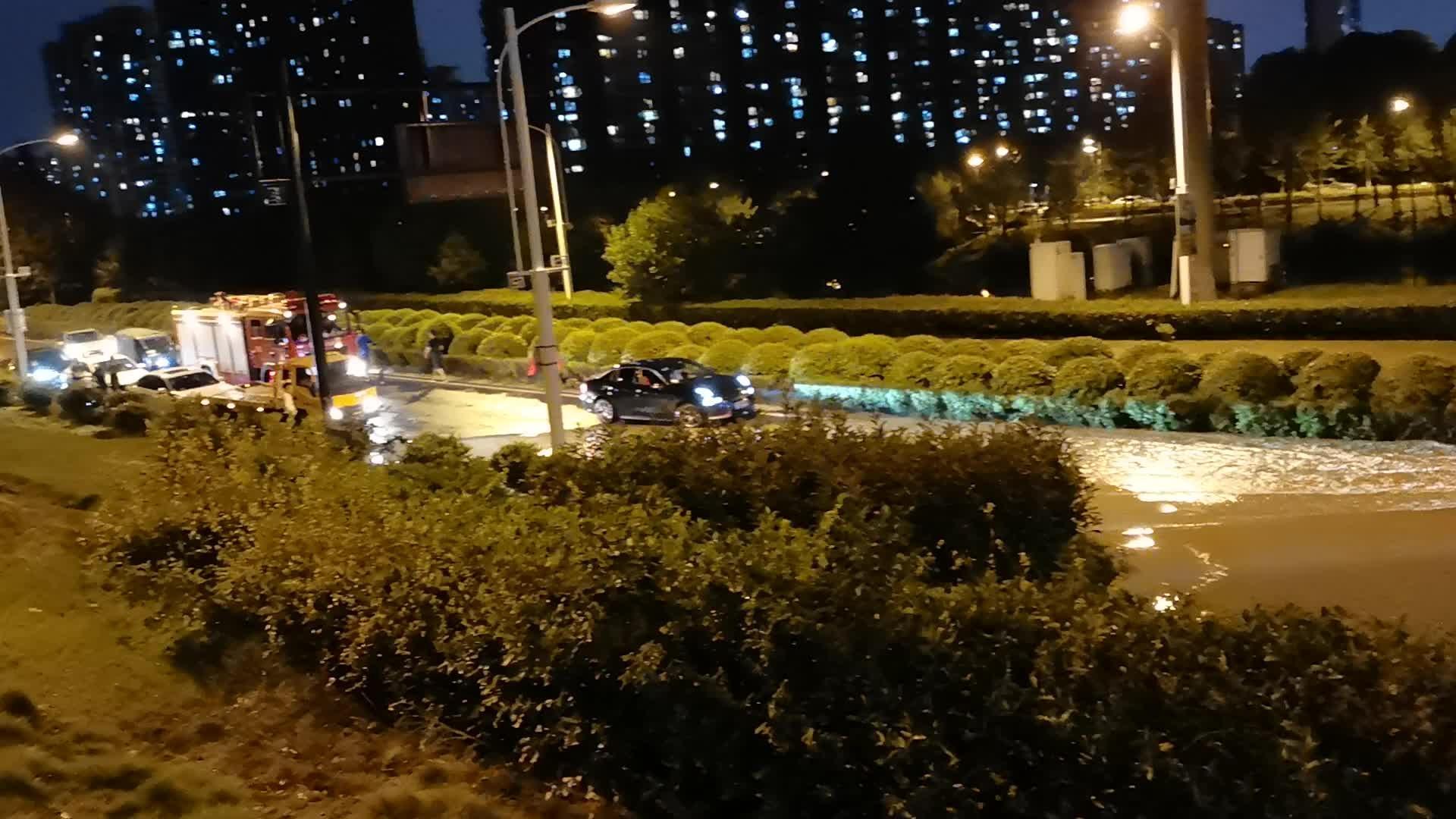 杭州下沙瞬间狂风暴雨半小时,马路成河