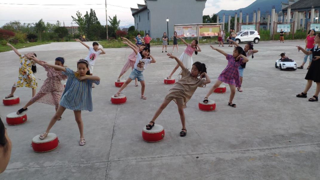 实录宁波农村:一群三年级小女孩们排练中国古典舞蹈(梦回大唐)