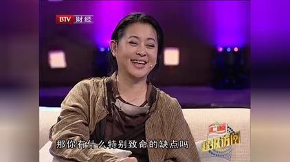 倪萍挤兑赵忠祥家的沙发是皮革的,站起来的时候都需要有人拉起来