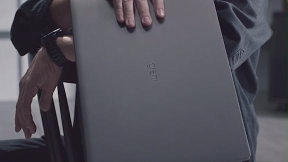 全球最轻17英寸笔记本,单手就能举起来!