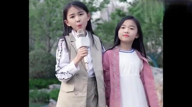 童模宋小睿与妹妹一起在户外演唱《我曾》,小睿的颜值好高啊!