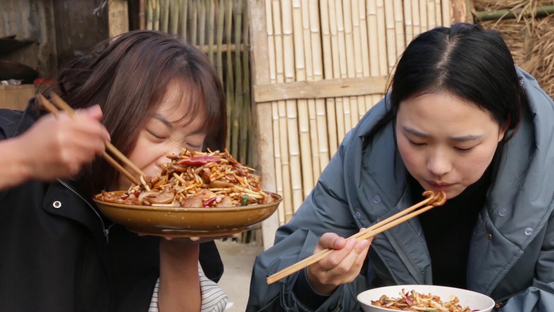 秋妹炒了肥肠折耳根盖饭,简单爆炒一下,和姐姐一人吃一盘,真香