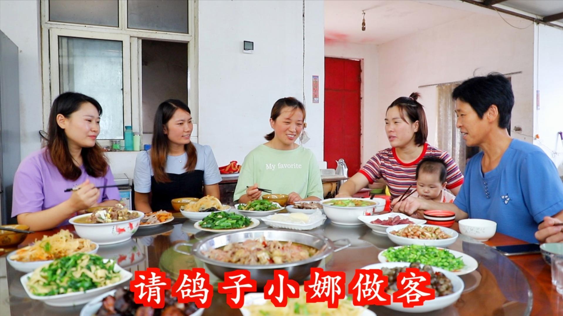 牛不啦妯娌来家做客,梅子全家热情招待,满满一桌希望俩人吃好