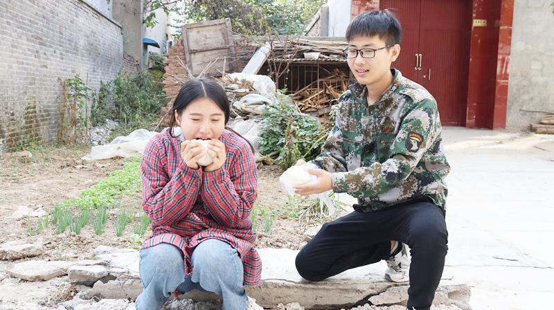 短剧:农民工好心收留女乞丐,谁知女乞丐却要嫁给他,结局感动了
