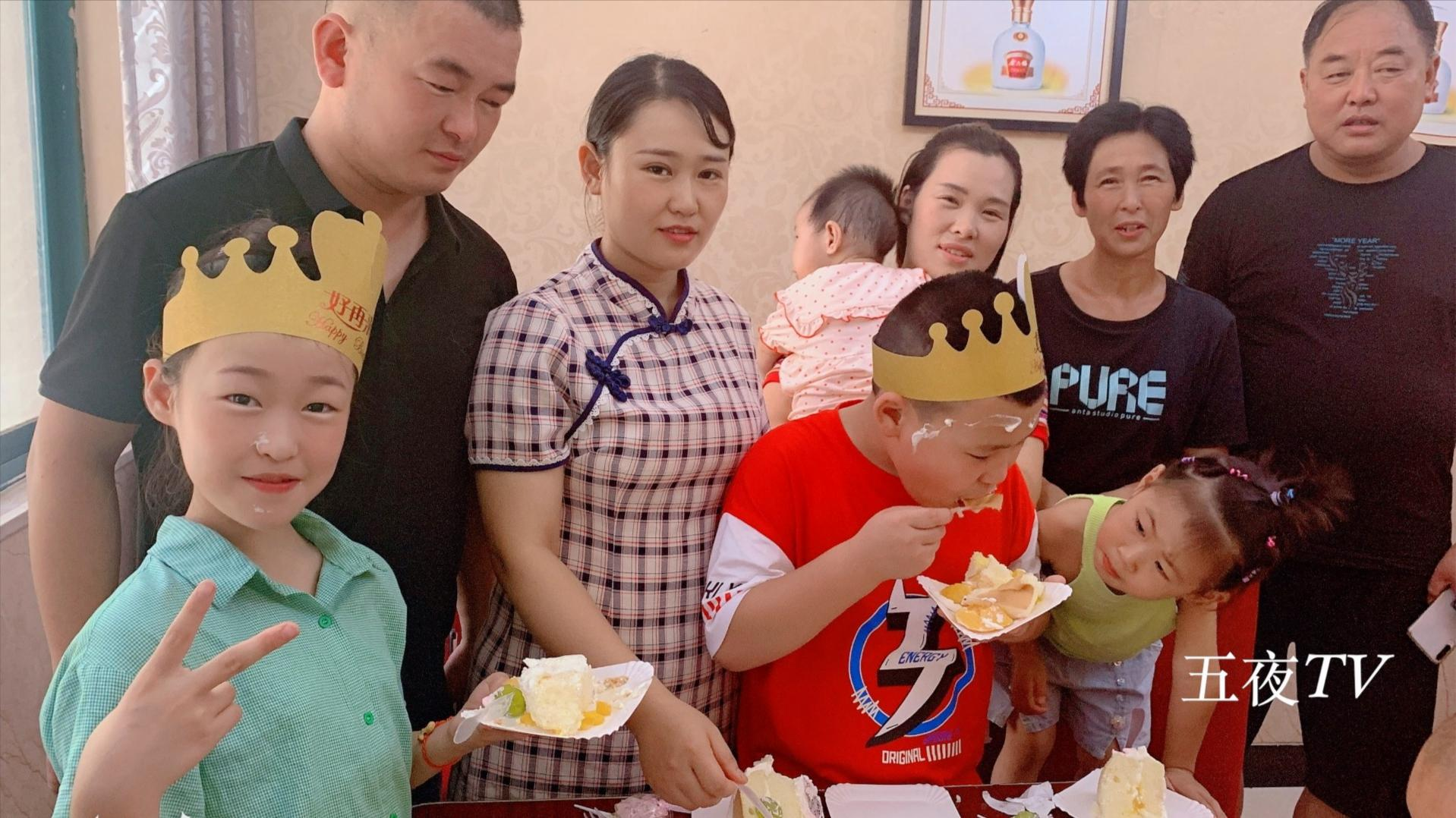 梅子侄女过11岁生日,爸爸妈妈邀请亲朋好友做客,场面温馨又热闹
