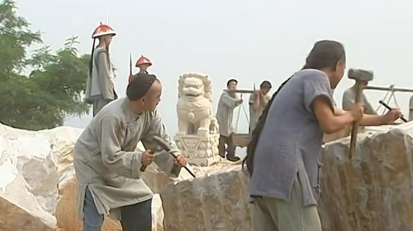 梦断紫禁城:和珅扮乞丐查案,被官兵抓捕,竟被拉去石料厂干苦力