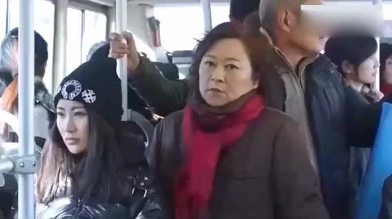 老太太坐公交车讽刺没人让座,美女的霸气回应顿时让她哑口无言
