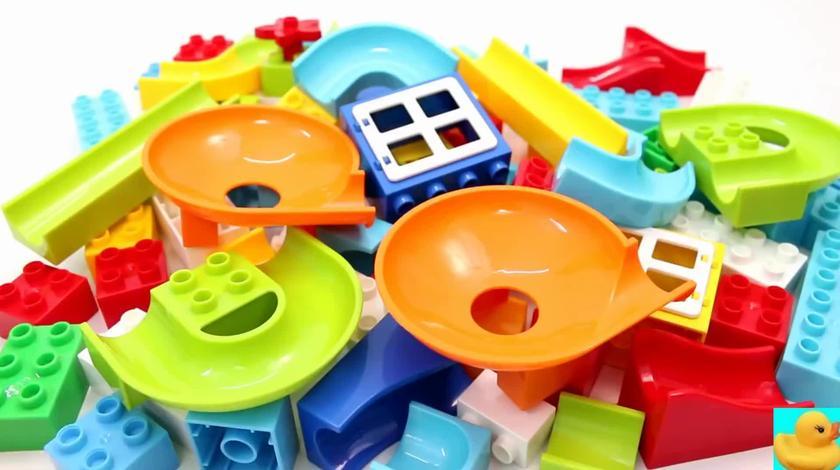 彩色拼装玩具搭建滑梯通道