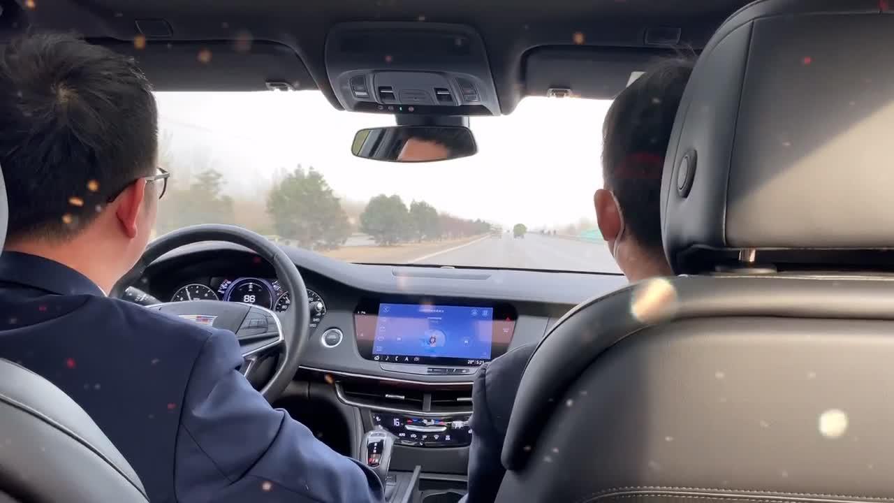 大概就是这样  男朋友开着车载着好朋友一起聊天吃零食看沿途风景