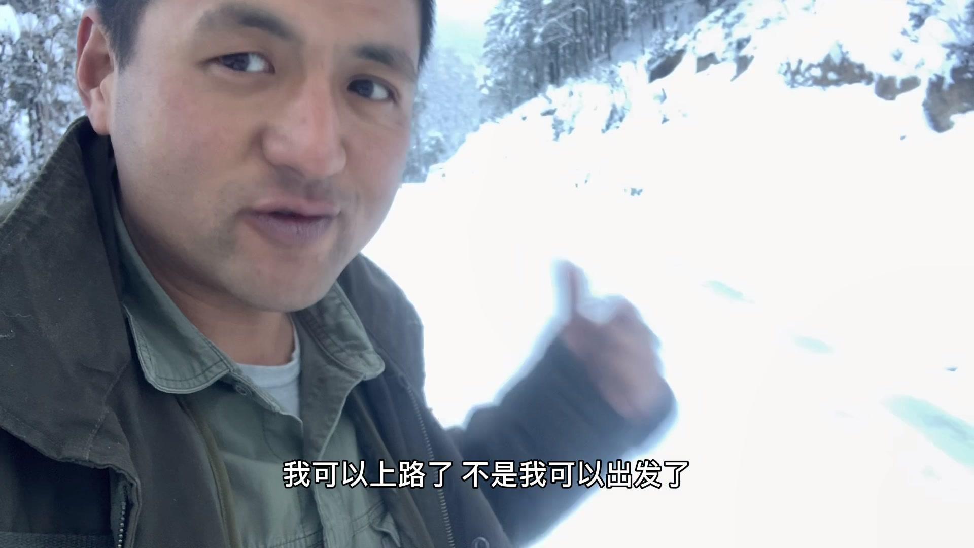 房车旅行被困雪山,吃的快没有了被迫撤离,雪太大半路走不掉了