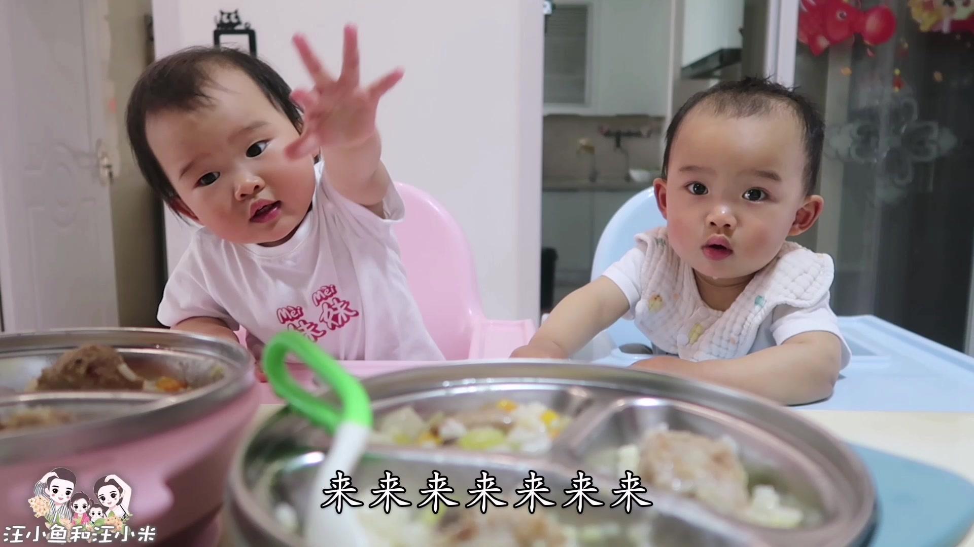 双胞胎一人啃三块排骨,还不过瘾,妹妹小奶音哀求要加肉,太酥了