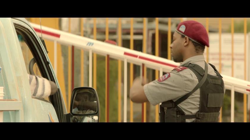 电影《吹哨人》:爆笑!雷佳音乔装混入非洲工厂,黄种人秒变黑人